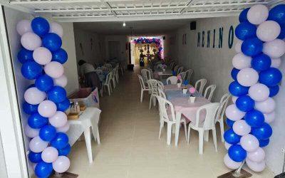 Coluna de balões azul e rosa